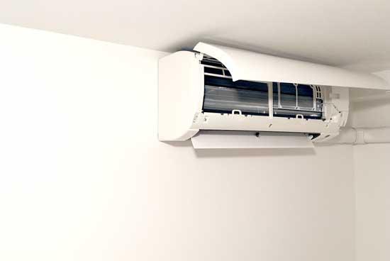 エアコンのパネルをウタマロクリーナーで掃除