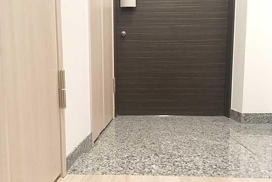 玄関タイル・大理石・三和土・ドアをお掃除